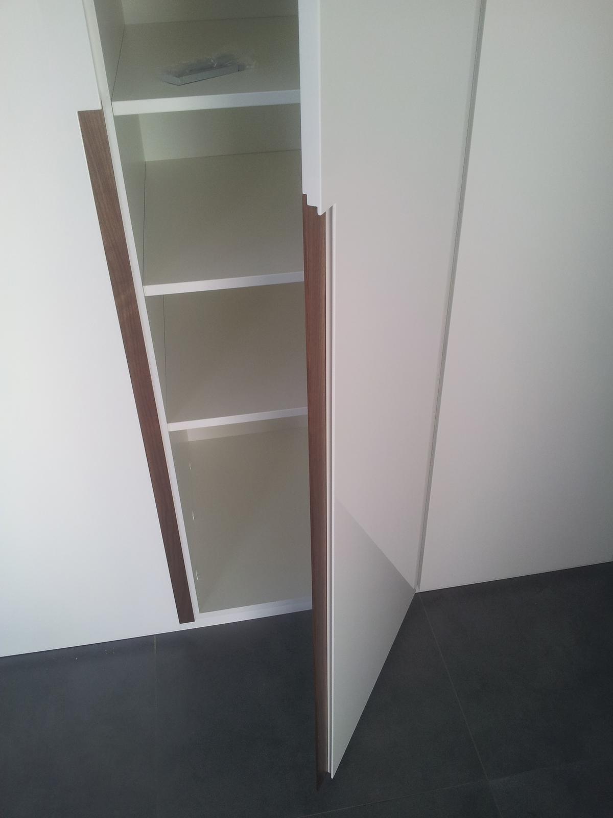 Dizajn a výroba nábytku na mieru Cubica - Vstavaný šatník s krídlovými dverami - mdf striekaná lesklá + úchytka americký orech - výroba cubica