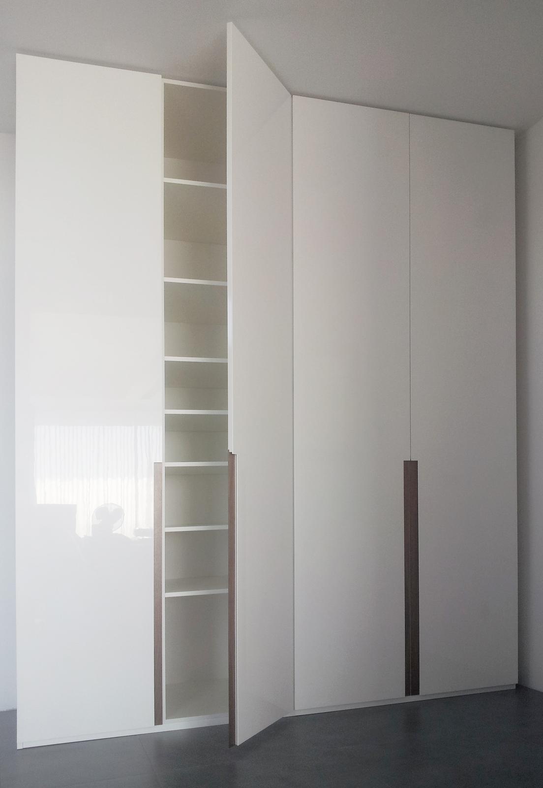 Dizajn a výroba nábytku na mieru Cubica - Vstavaný šatník s krídlovými dverami - mdf striekaná lesklá + americký orech - výroba cubica