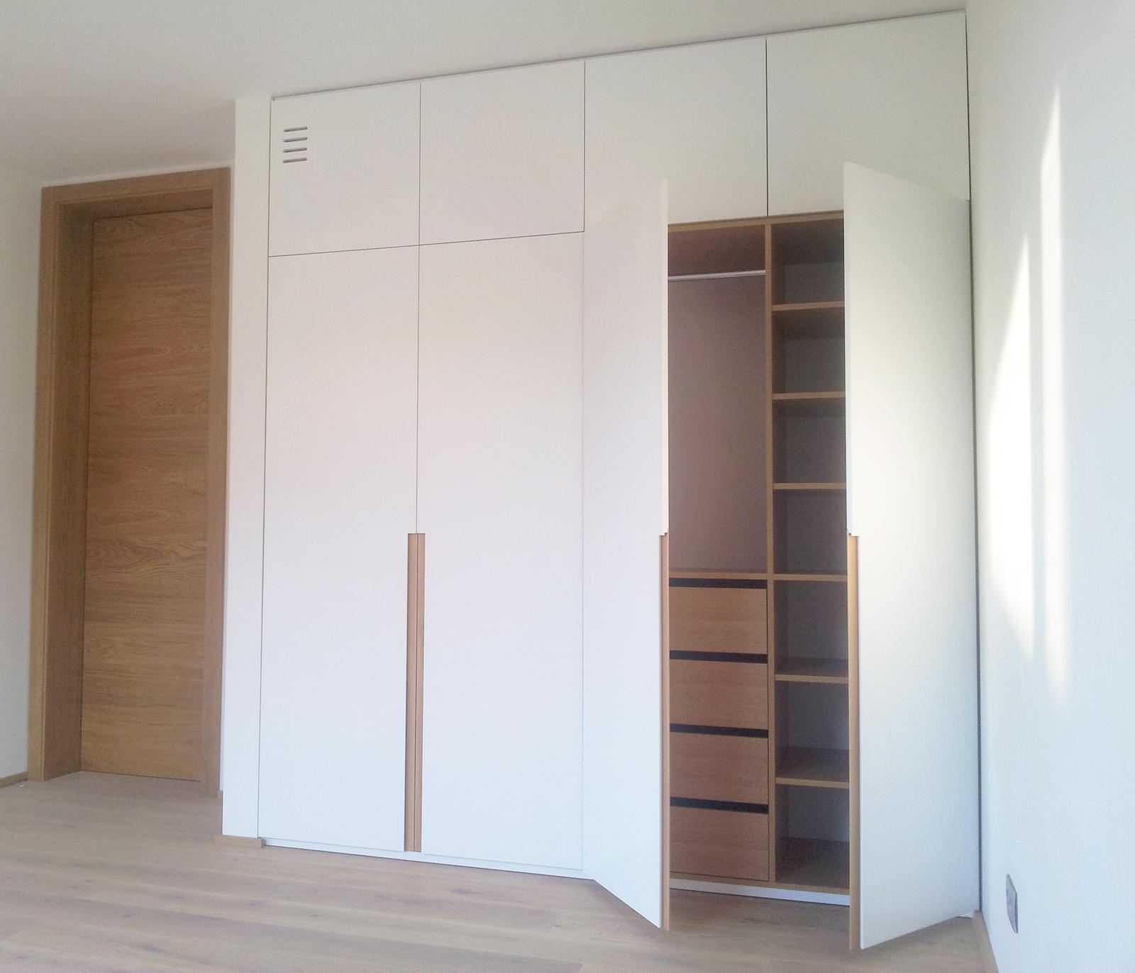 Dizajn a výroba nábytku na mieru Cubica - Vstavaný šatník s krídlovými dverami - mdf striekaná polomatná + dub prírodný - výroba cubica