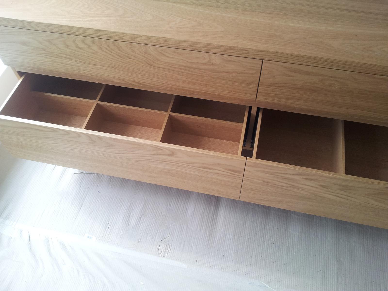 Dizajn a výroba nábytku na mieru Cubica - Závesná kúpeľňová skrinka - dub prírodný - vnútorné rozdelenie - výroba cubica