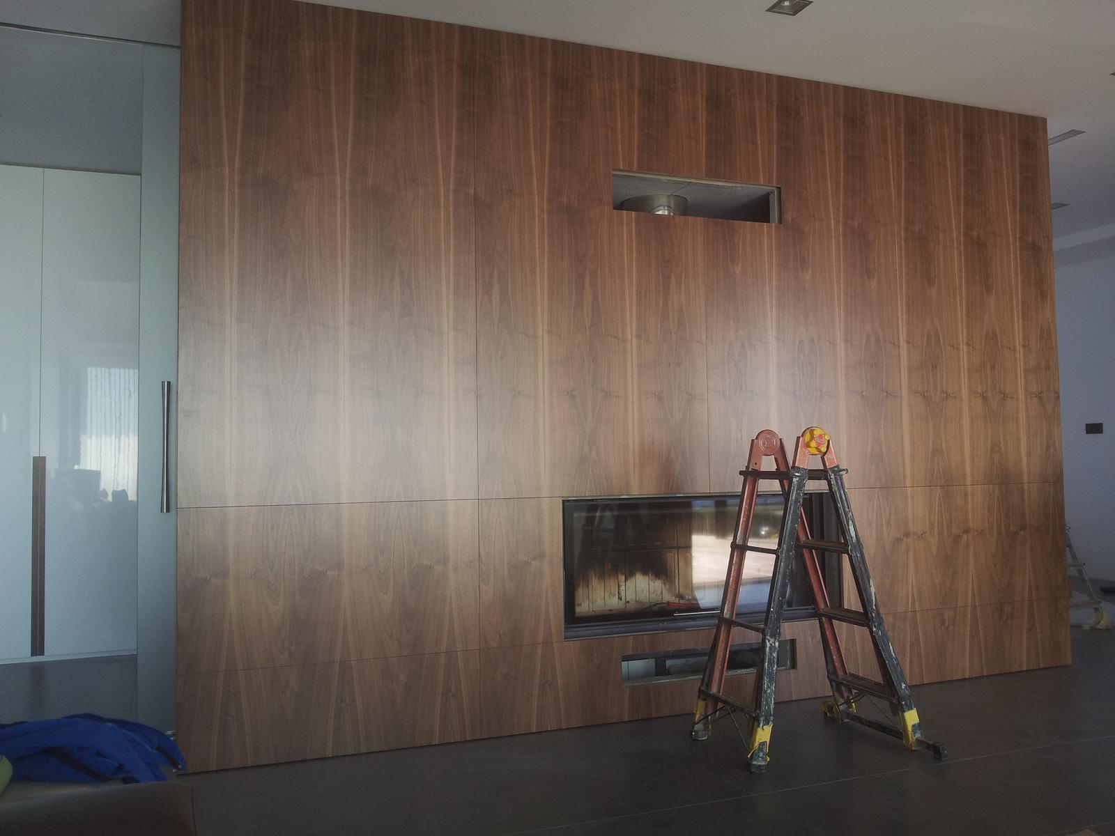 Dizajn a výroba nábytku na mieru Cubica - Drevený obklad - dýha prírodný orech