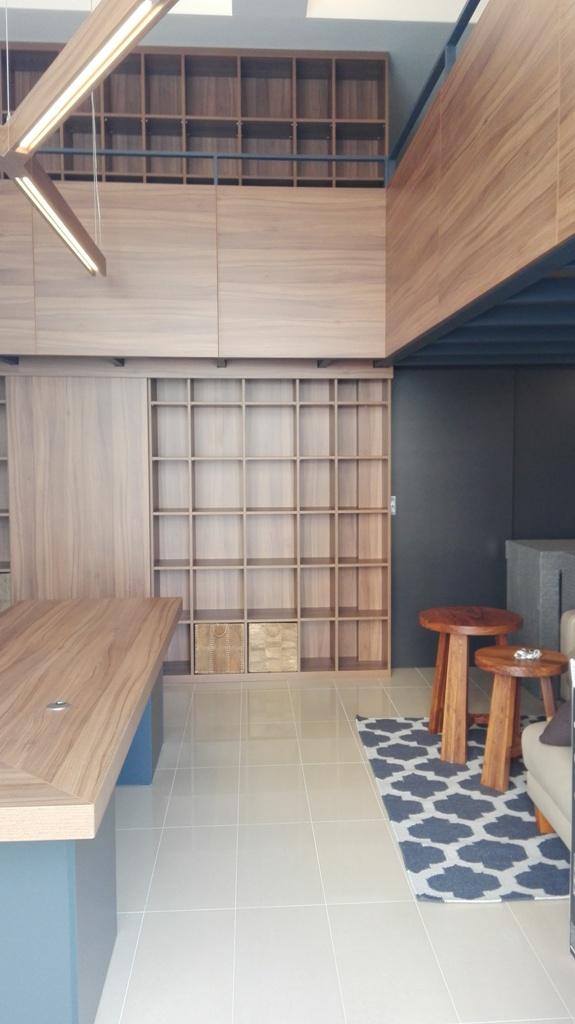 Dizajn a výroba nábytku na mieru Cubica - Pracovňa s knižnicou a podiom - orech