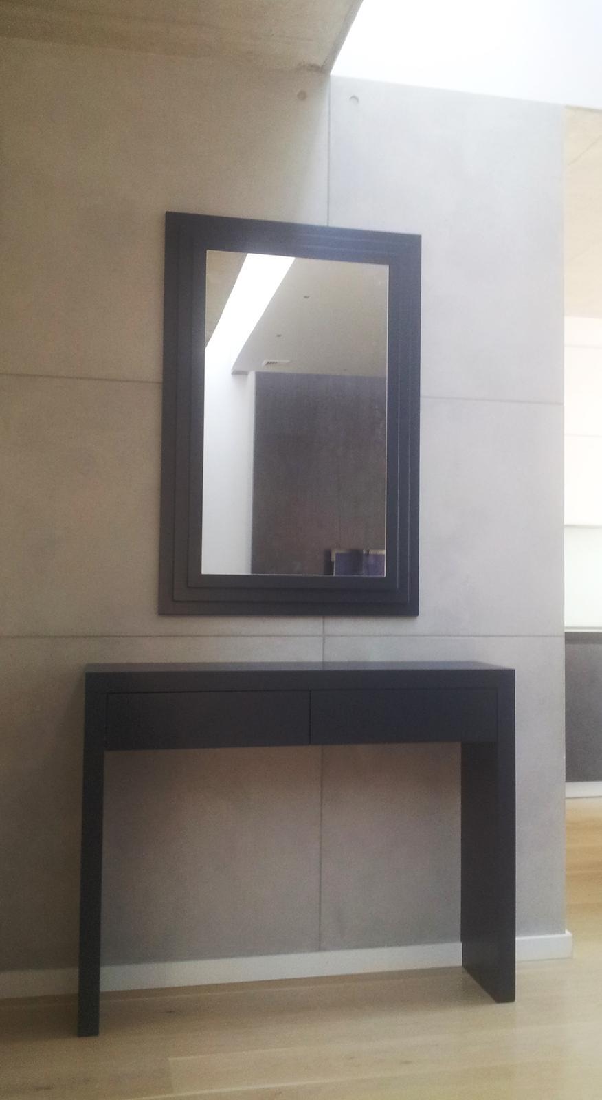 Dizajn a výroba nábytku na mieru Cubica - príručný stolík so zrkadlo - mdf striekaná, antracit