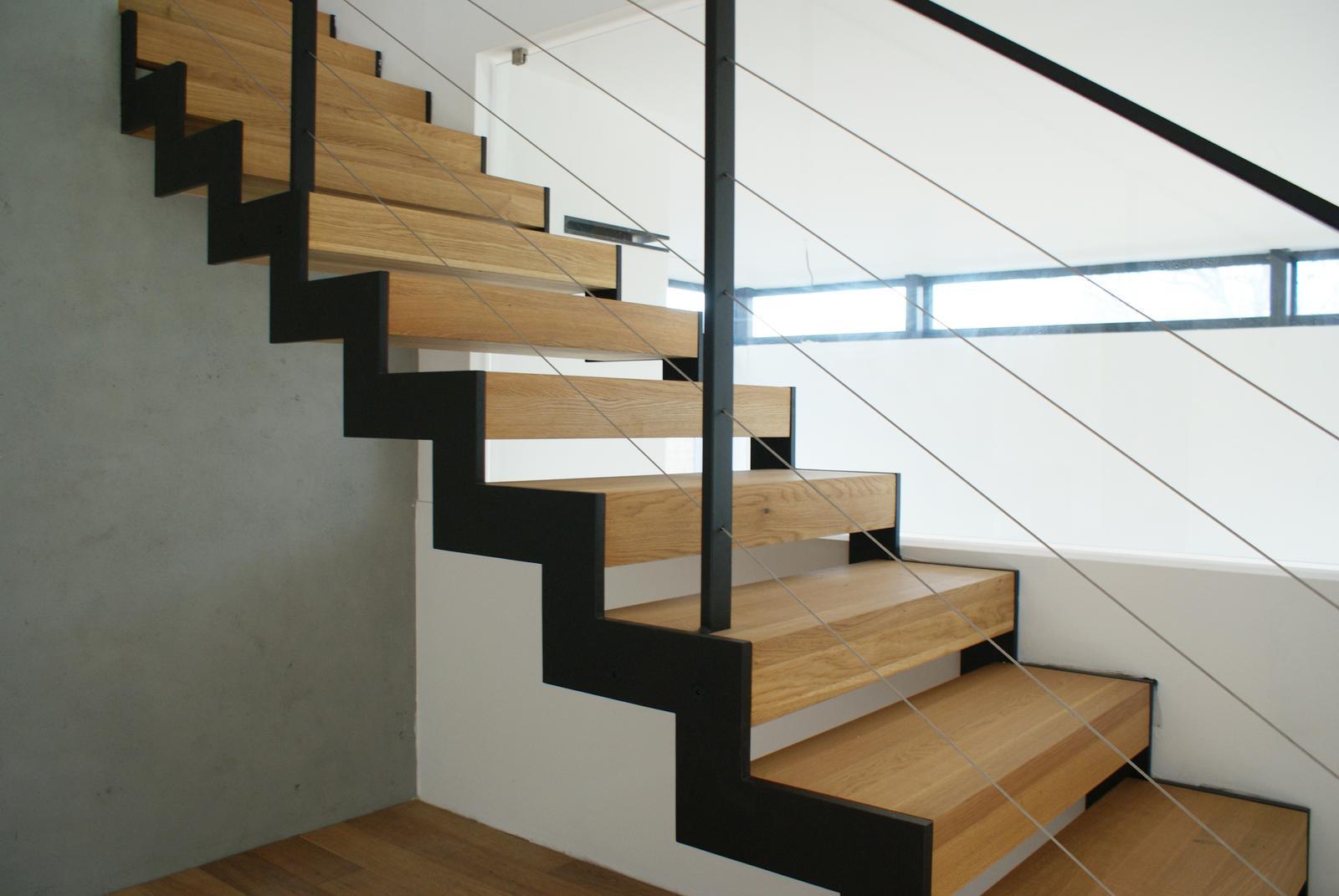Masívne dubové schodisko - Masívne dubové schodisko s oceľovou konštrukciou