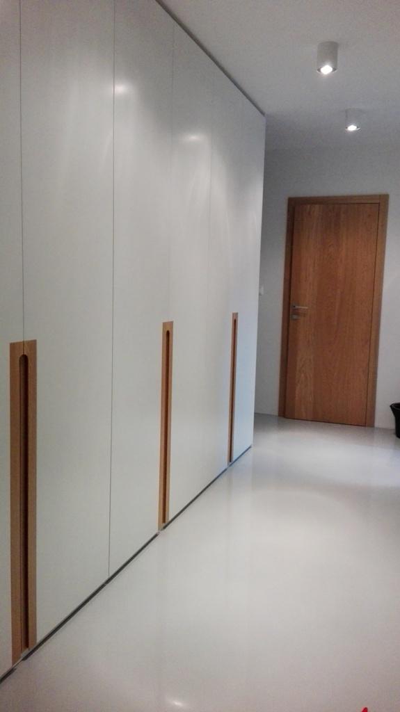 Dizajn a výroba nábytku na mieru Cubica - Vstavaný šatník s krídlovými dverami a dubovými úchytkami