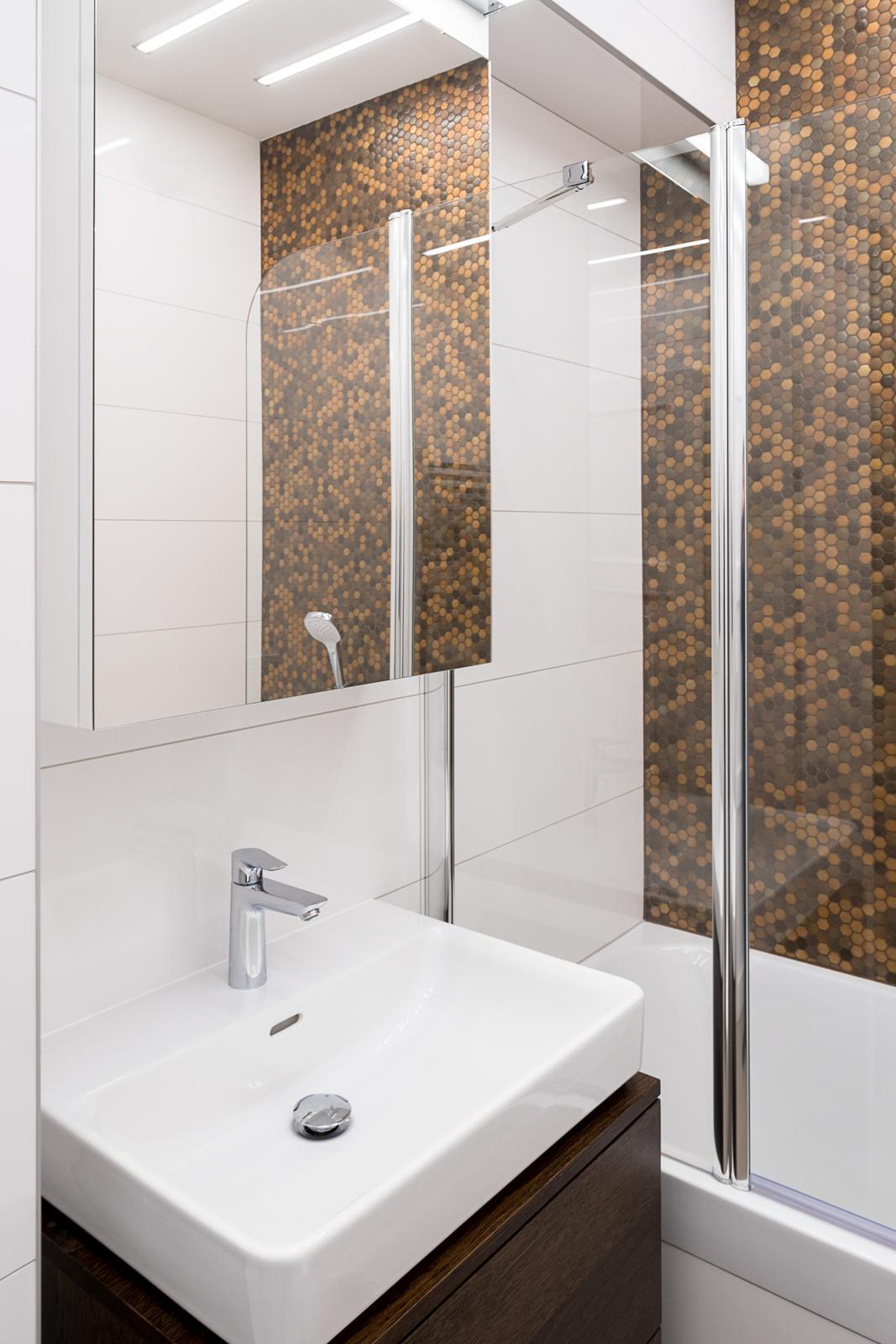Dizajn a výroba nábytku na mieru Cubica - Závesná kúpeľňová skrinka pod umývadlo a vrchná zrkadlová skrinka - dub tmavý - výroba cubica