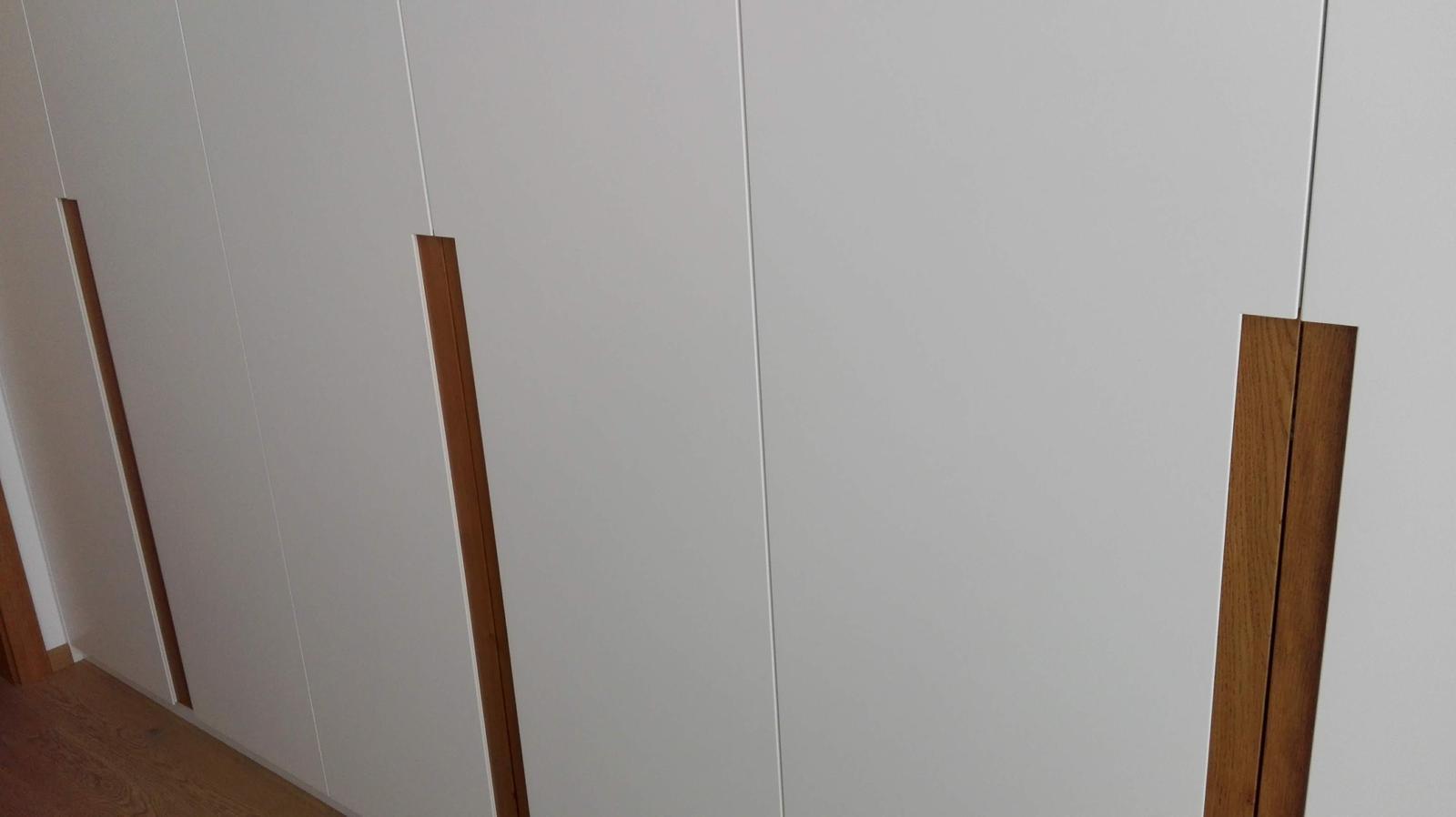 Dizajn a výroba nábytku na mieru Cubica - Vstavaný šatník s krídlovými dverami - mdf striekaná matná + dub prírodný - výroba cubica