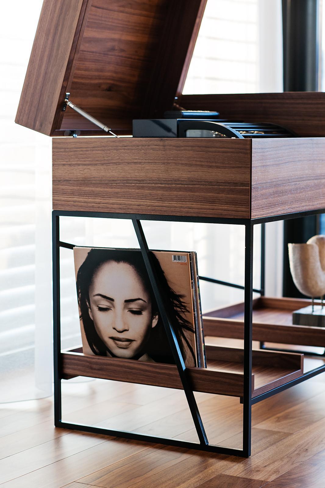 Skrinka na gramofón - americký orech - Skrinka na gramofón, audio a vinylové platne, prevedenie orech a čierna oceľ. Design a výroba Cubica