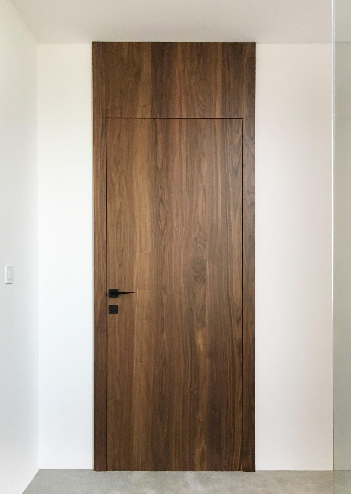 Interierové dvere na mieru - Bezfalcové interierové dvere - americký orech, zvýšená zárubňa, reverzné otváranie. Výroba Cubica