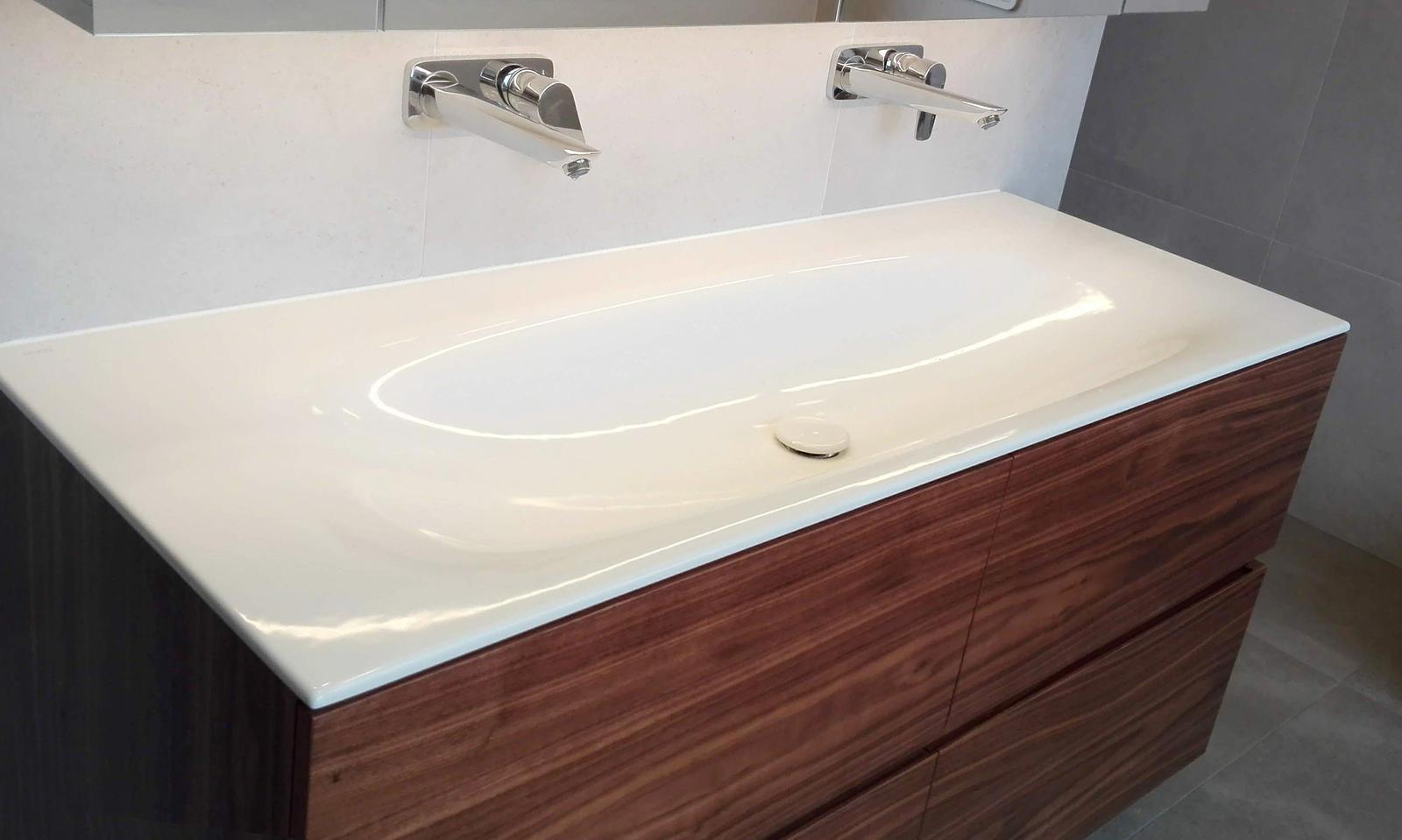 Dizajn a výroba nábytku na mieru Cubica - Kúpeľňová skrinka pod umývadlo - dýha orech americký - design a výroba cubica