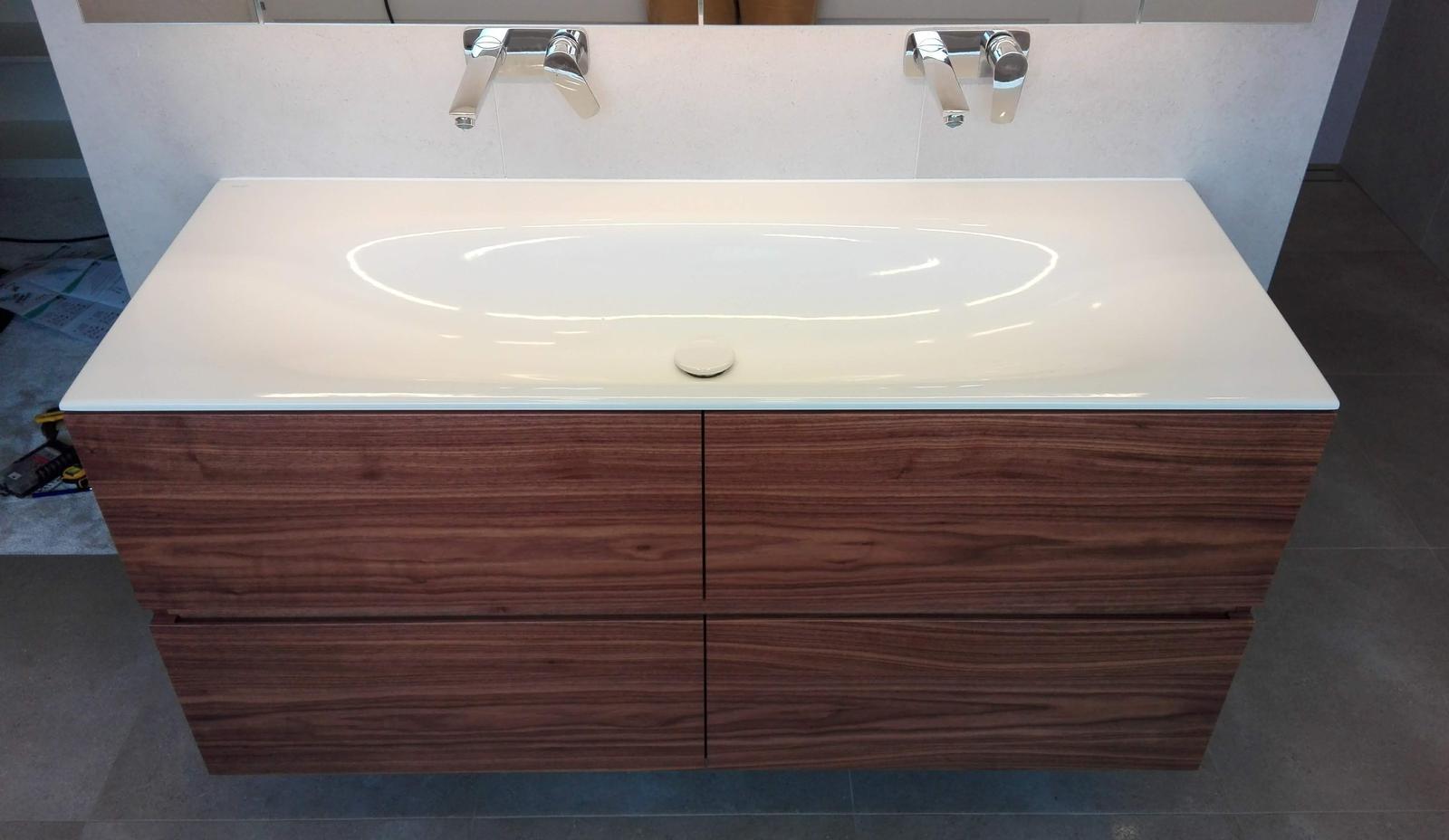 Dizajn a výroba nábytku na mieru Cubica - Kúpeľňová skrinka pod umývadlo na mieru - dýha orech americký - design a výroba cubica