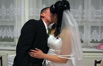 mladomanželský bozk...