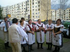 Súbor spieva pred vchodom nevesty