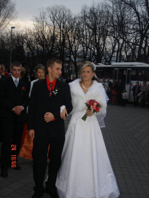 Lenka Brtková{{_AND_}}Roman Kuchárik - Stojíme v rade pred kostolom