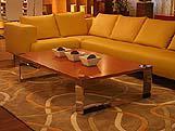 ...ta zlta farba je dost zaujimava na tej kozenej sedacke a ten stolik - nadherna kombinacia...