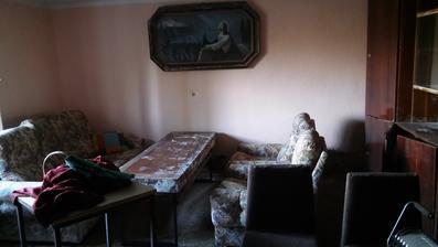 Tato miestnost nebola otvorena viac ako 12 rokov. Vsade zatuhlina, plesen na stole.