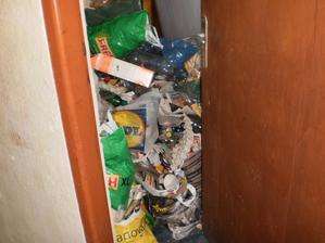 Je toto mozne? izba zapratana odpadkami. Miestnost ma rozmery 4,5 x 4,1m. Nastastie dnes tam uz ziadne odpadky niesu, izba je vypratana, priestranna s vyhladom na pole, kopce a zapad slnka.