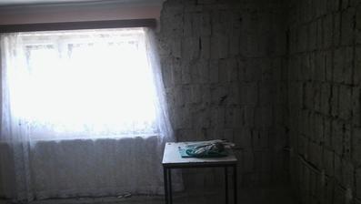 Priecka medzi kuchynou a obyvackou pojde dole a okna az po zem..dufam ze sa to pekne presvetli a opticky zvacsi. Miestnost by potom mala mat 9x4,1 m