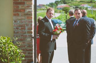 Svědek s kytičkama a bratr ženicha :).
