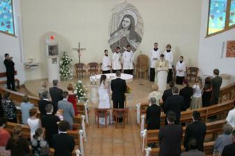 v kostole pred oltárom