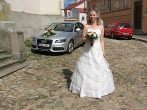 nevěsta se svatebním autem