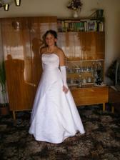moje saticky, realne biele na mojej modelke, ale ja predsa by som ich brala radsej  vyzdobene podla mojich predstav:)) na lemoch sukne bude bordova stuha