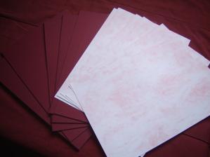 kupila som uz aj papiere na menovky, podklad bude v bordovej farbe a na to mensi obdlznik melirovaneho bielo-bordoveho papiera