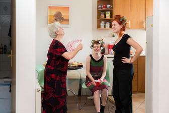 další momentka z ranních příprav:))) babička a sestřičky :)