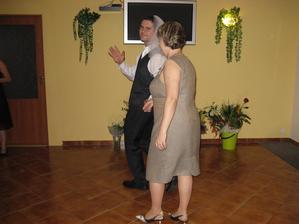 trocha fotek z večerní zábavy :) svědci zorganizovali super svatební hry jako kvíz pro novomanžele, kočár, svatební tombolu, pouštění lampiónu, ale ty na fotečkách bohužel nemáme...všechny večerní fotky jsou od rodiny