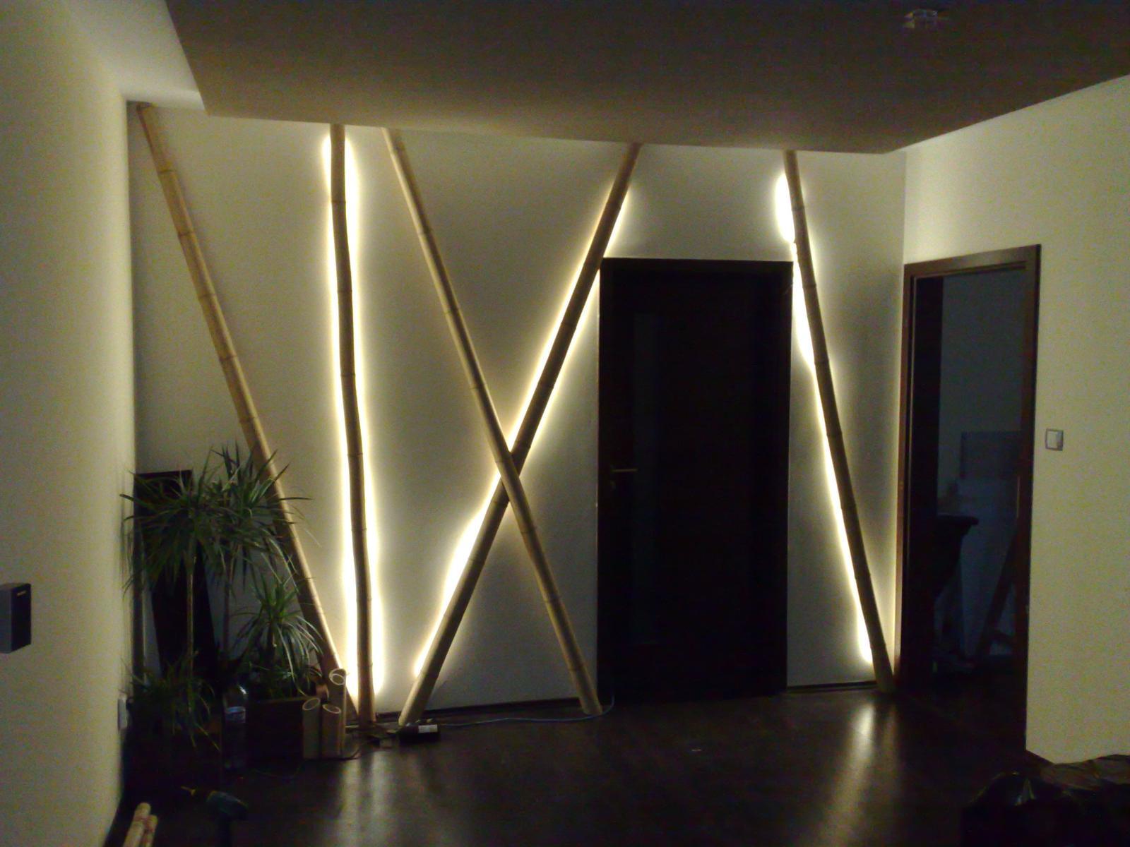Nábytok - Podsvietené bambusi v obývacej izbe