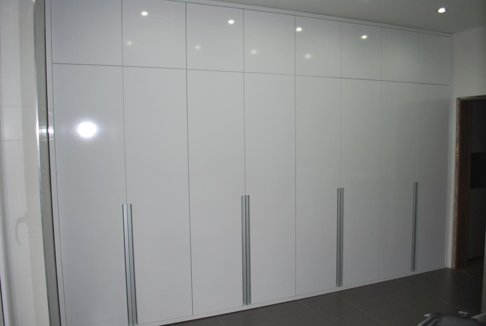 Ďalšie vstavané skrine - Skriňa v miestnosti na pranie - biela lesklá