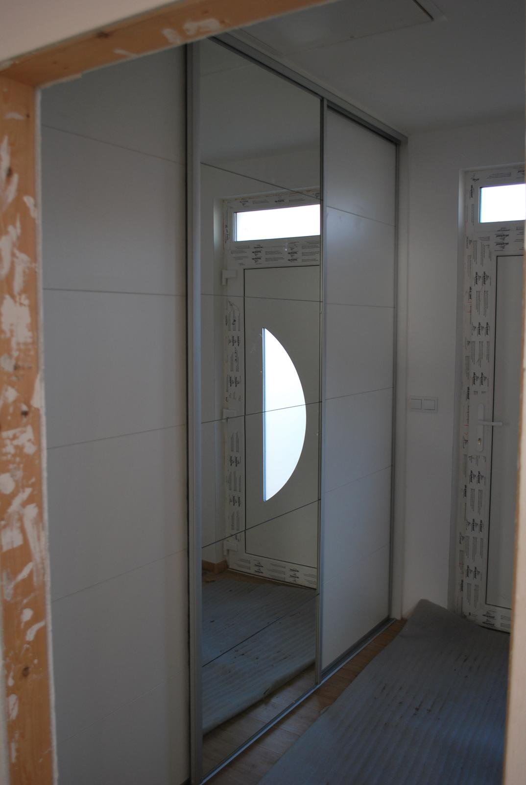 Ďalšie vstavané skrine - Vstavaná skriňa biela perlička - predsieň