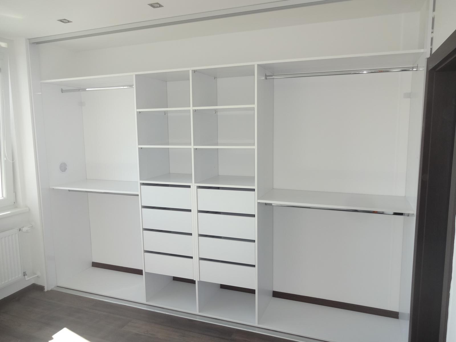 Ďalšie vstavané skrine - Vstavaná skriňa biela lesklá