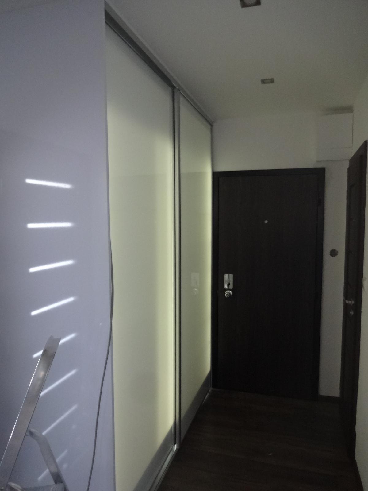 Ďalšie vstavané skrine - Vstavaná skriňa lacobel biely,z vnútra led osvetlenie, ktoré slúži večer aj ako orientačné svetlo v predsieni, zvonka pohybový senzor