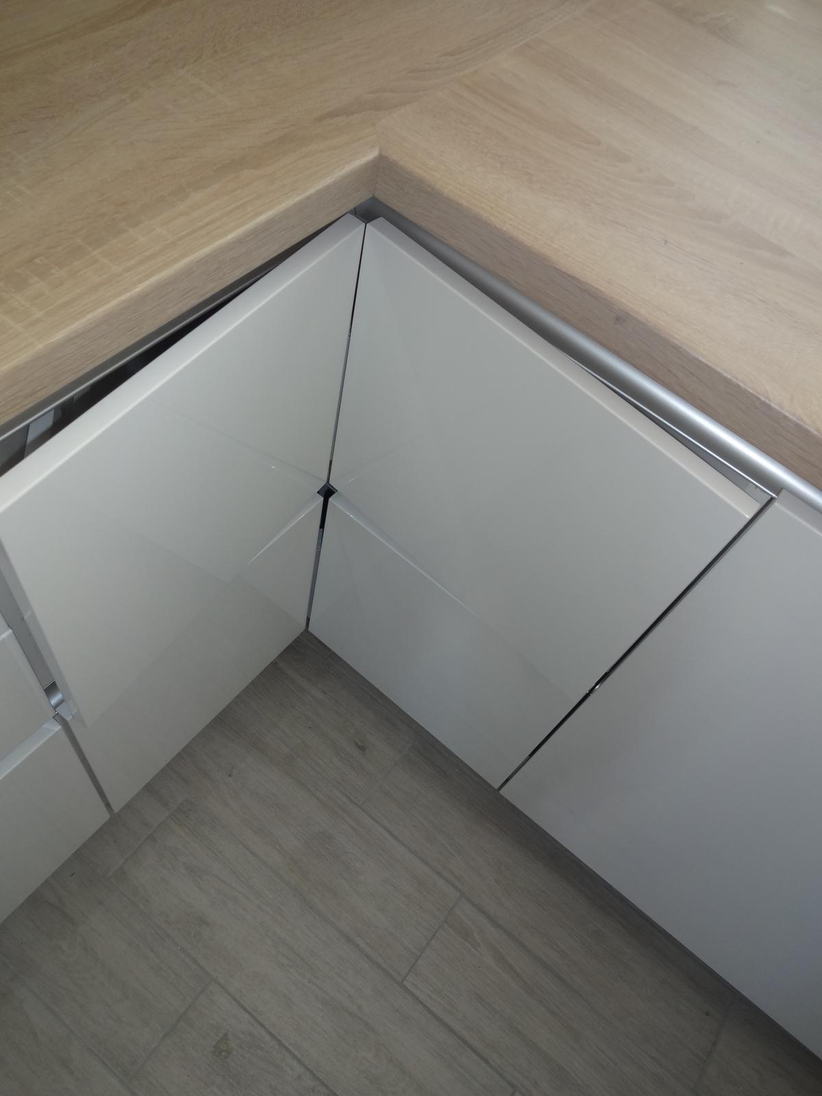 Kuchyne - Kuchynská linka biela lesklá striekaná