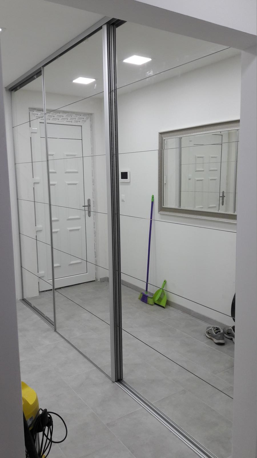 Interiérové posuvné dvere - Zrkadlove posuvne dvere delene na 6 častí