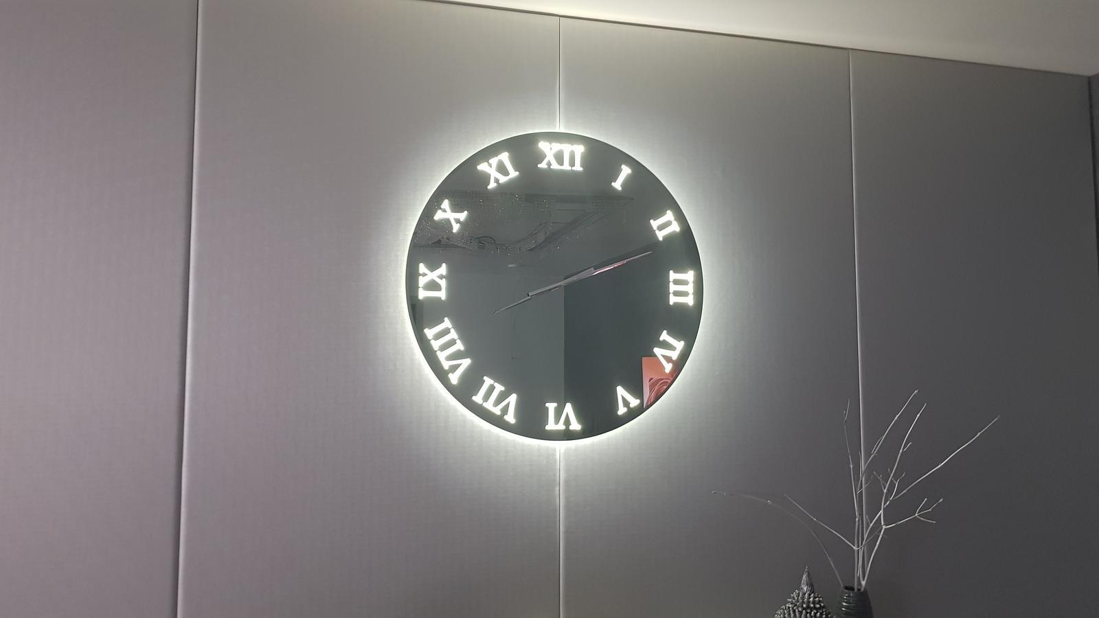 Zrkadlový nábytok - Nástenné hodiny zo šedého zrkadla s podsvietením