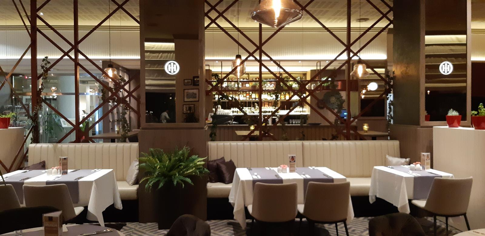 Komerčné priesotry - Hotel Imperial Ostrava - obloženie stĺpov s podsvieteným logom