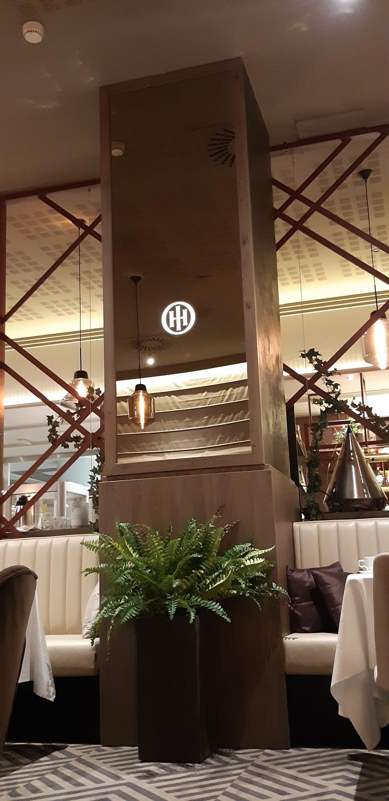 Komerčné priesotry - Hotel Imperial Ostrava - obloženie stlpa s podsvieteným logom