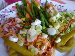 barevné nudle s fazolkami a mrkví- pikantní
