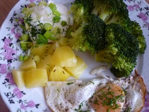 vařená brokolice ,volské oko, dip a zelené