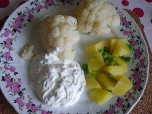 květák s pažitkovým dipem a brambor