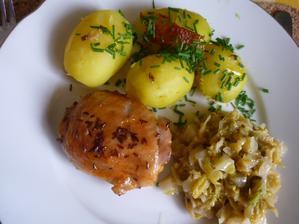 pečené kuře, dušená kapusta ,nový brambor...mňam bylo to dobré
