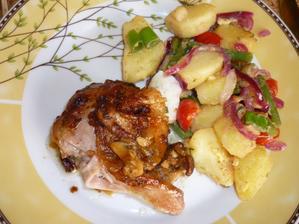 pečené kuře a lehký bramb.zeleninový salát bez majonezy