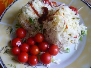 dnes rýže bez masa - ryzce a zelenina  posypané sýrem  a pocintané chilli- mňam