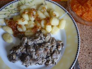 noky s cibulkou ,smaženice a mrkvový salát