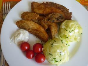 obalené hřiby a šťouchané brambory