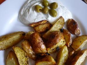 dns bezmasý oběd - brambory pečené  a kořeněné směsí na souvlaki a nim tzzaziki ..... boží chuť