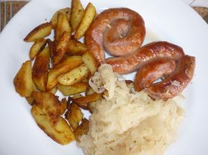 vinná klobása pečená v troubě ,zelí s křenem a opečené brambory