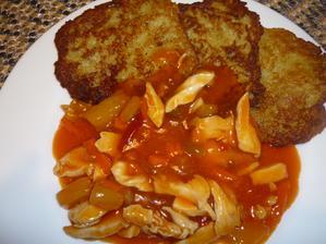 kuřecí nudličky na sladkokyselo a bramboráčky